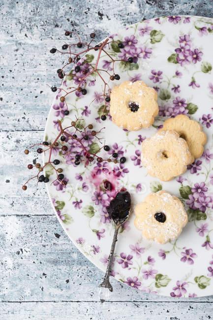 Печенье с желе из бузины на лоток — стоковое фото