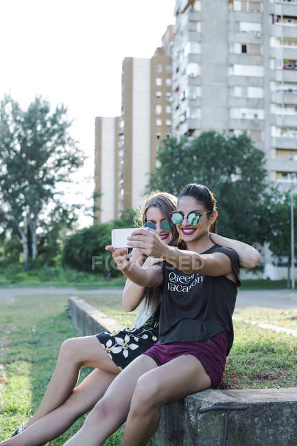 Amis prenant selfie — Photo de stock