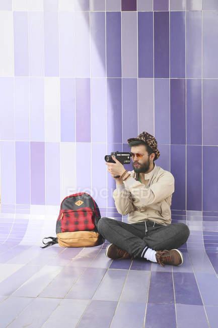 Молодий чоловік, використовуючи vintage відео-камери — стокове фото
