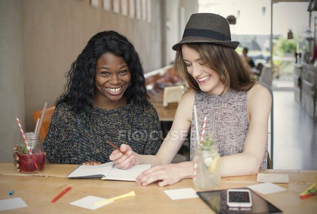 Duas jovens aprendendo juntas — Fotografia de Stock