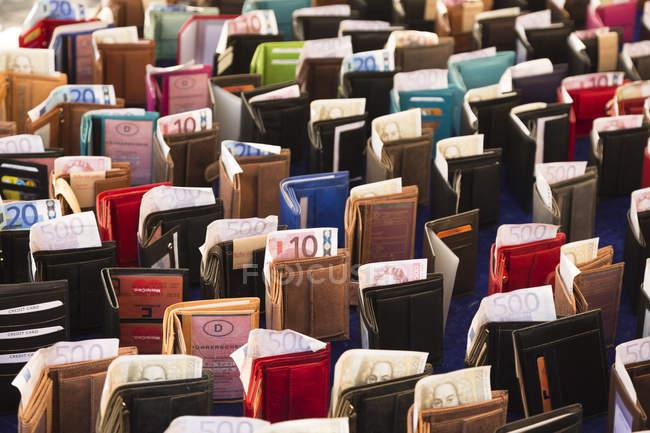 Stehtaschen mit Banknoten, Vollrahmen — Stockfoto