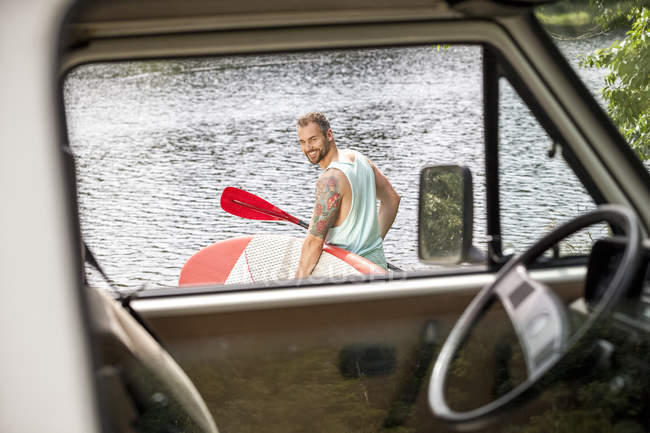 Людина, несучи встати весло Ради — стокове фото