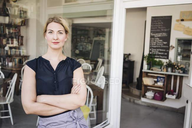 Уверенная женщина в кафе — стоковое фото