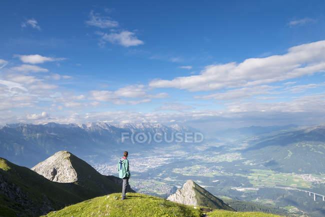 Escursionista che cerca Innsbruck — Foto stock