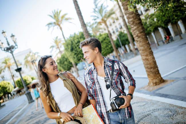 Giovane coppia innamorata in viaggio in città — Foto stock