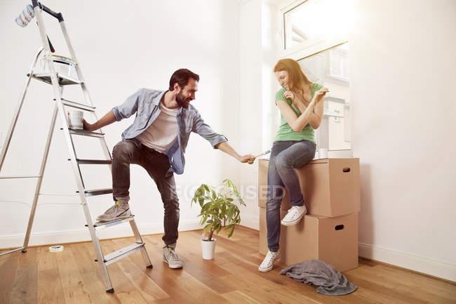 Грайливий молода пара ремонт квартири — стокове фото