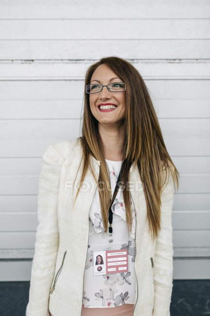 Lächelnde Frau mit Namensschild im freien — Stockfoto