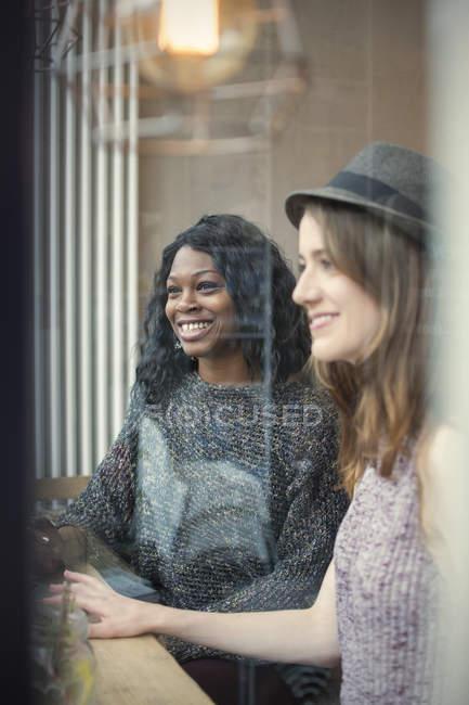 Amici seduti in un caffè — Foto stock