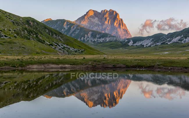 Mt Corno Grande e il lago — Foto stock