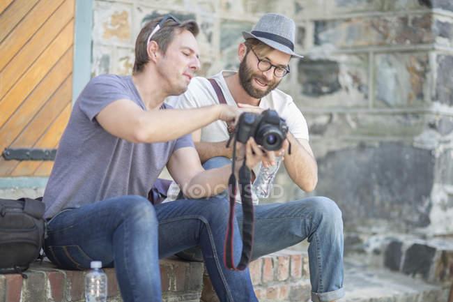 Двое мужчин с камеры на открытом воздухе — стоковое фото
