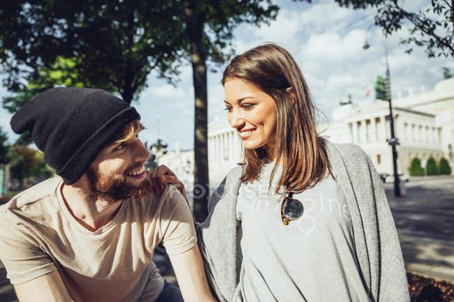 Autriche, Vienne, jeune couple devant le Parlement — Photo de stock