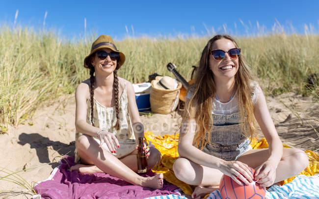 Porträt von glücklich Teenager-Mädchen, die Spaß mit bester Freund am Strand — Stockfoto