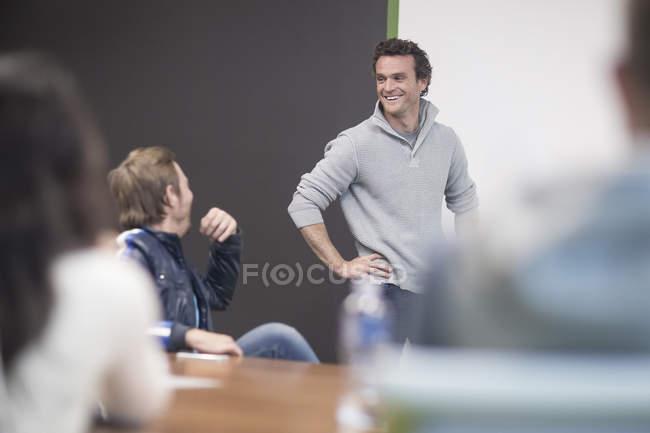 Jovens empresários discutem em reunião de negócios — Fotografia de Stock