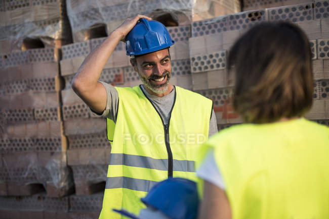 Construction worker trying on hard hat — Stock Photo