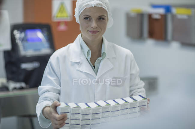 Lab worker in pharmaceutical plant packaging medicine — Stock Photo