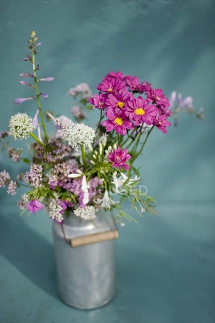 Strauß Wildblumen in Milchkanne — Stockfoto