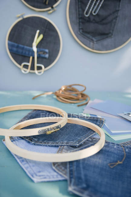 DIY, pinboard, browdry frame, denim on green surface — стоковое фото