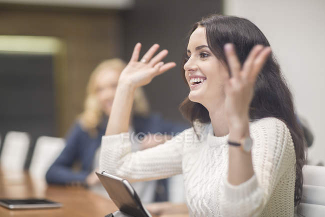 Jovens que discutem em reunião de negócios — Fotografia de Stock