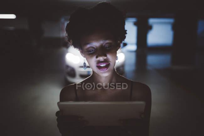 Jeune femme regardant tablette — Photo de stock