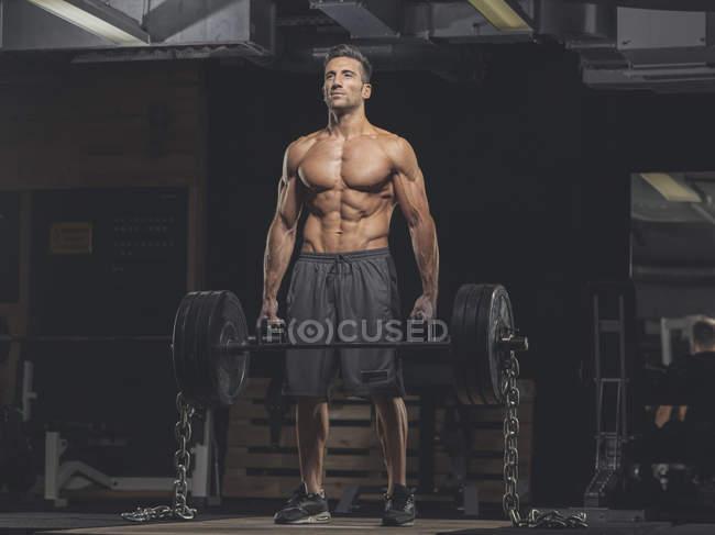 Культурист, стоящий в спортзале — стоковое фото