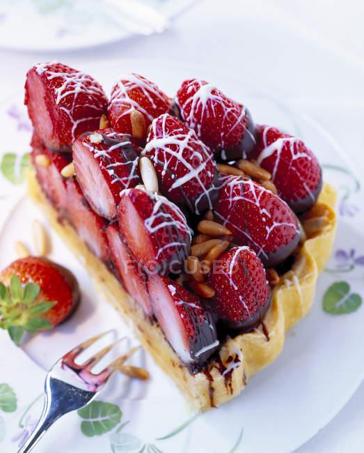Pezzo di torta di fragole a strati — Foto stock