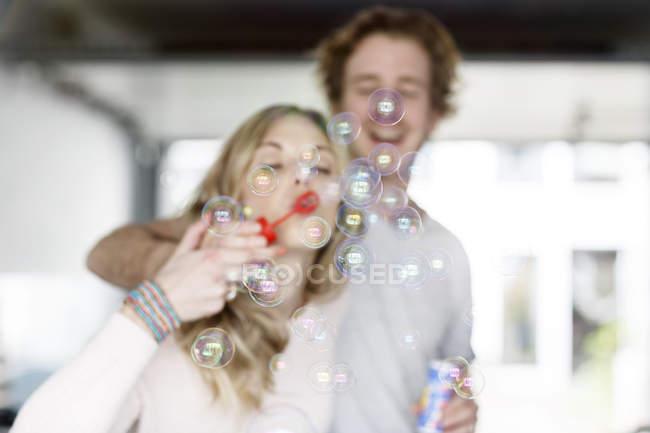 Пара піноутворюючий мильних бульбашок — стокове фото