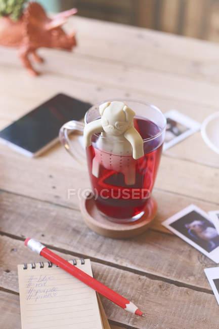 Печенье в форме собаки в стакане для чая — стоковое фото