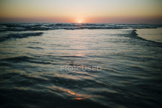 Vue sur le paysage marin au coucher du soleil — Photo de stock