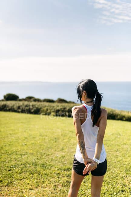 Asturien, Spanien, Fitness Frau tun stretching im freien — Stockfoto