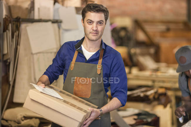 Людина холдингу поле в майстерні — стокове фото