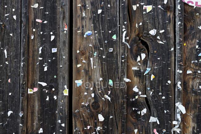 Деревянная стена с остатками плаката, текстура — стоковое фото