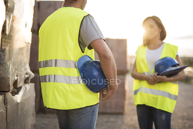 Construction workers discussing — Stock Photo