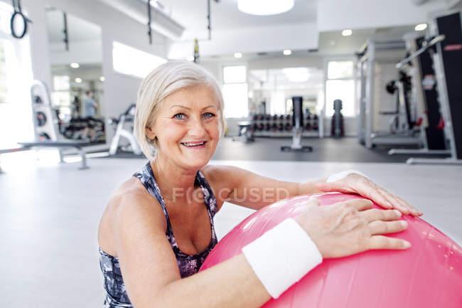 Reife Frau mit Fitnessball — Stockfoto