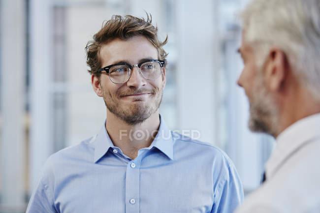 Два предпринимателя, говорить вместе в современном офисе — стоковое фото