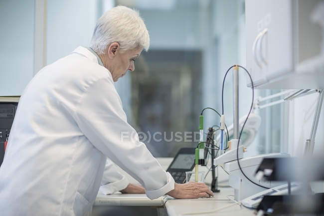 Senior woman working in lab — Stock Photo