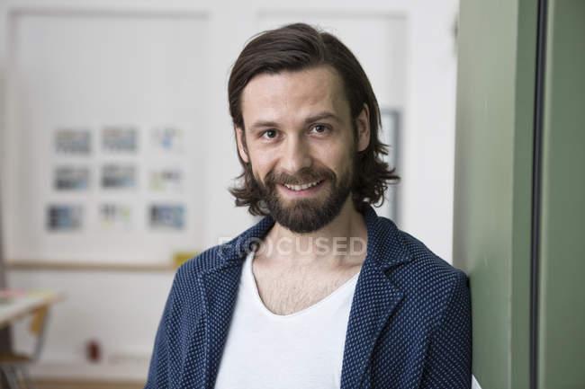 Портрет усміхненого чоловіка в офісі — стокове фото