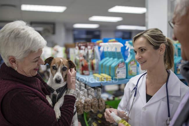 Старший жінка і чоловік з собакою в цеху Ветеринарний лікар — стокове фото