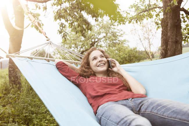 Donna in amaca sul cellulare — Foto stock