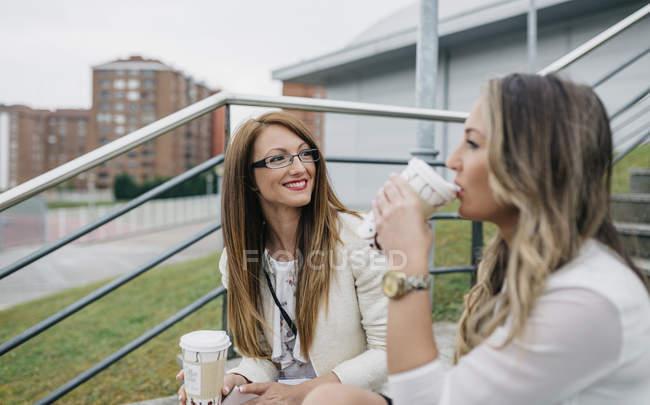 Duas mulheres, tendo a pausa para o café ao ar livre — Fotografia de Stock