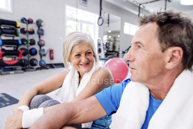 Woman and senior man having a break — Stock Photo