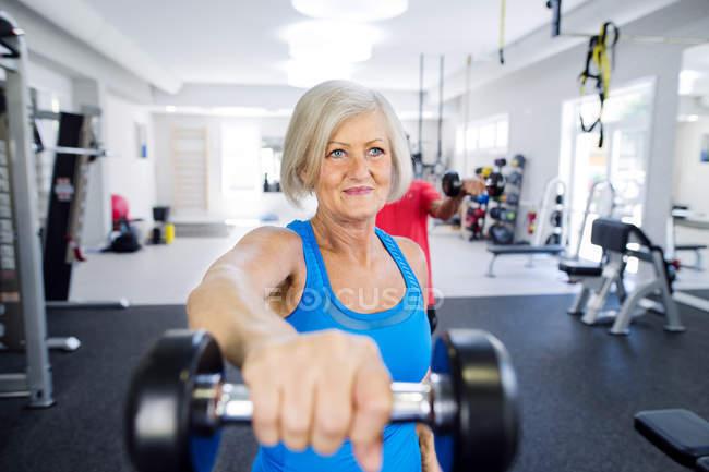 Зрелая женщина работает в тренажерном зале — стоковое фото