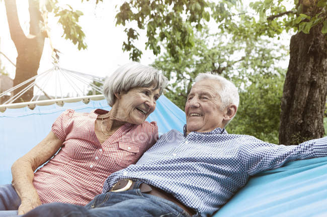 Felice coppia anziana in amaca — Foto stock