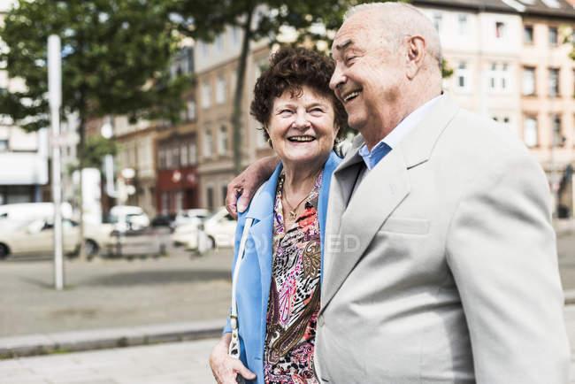 Senior couple strolling in city — Stock Photo