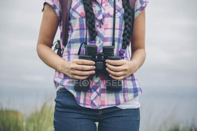 Woman holding binocular — Stock Photo