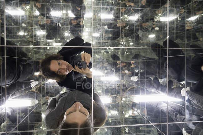 Пара беручи selfie в домі з дзеркала — стокове фото