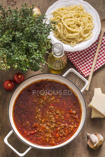 Pentola di cottura della ciotola di Spaghetti cotti e salsa Bolognese — Foto stock