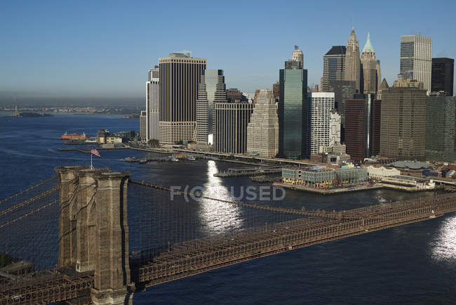 Fotografia aérea da acima Brooklyn da ponte de Brooklyn, Rio e distrito financeiro de Manhattan, Nova Iorque, EUA — Fotografia de Stock