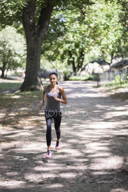 Женщина бегает в парке — стоковое фото