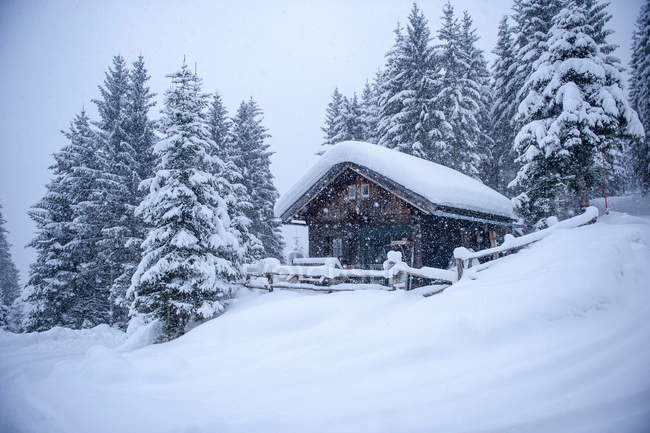 Austria, snow-covered hunting lodge — Stock Photo