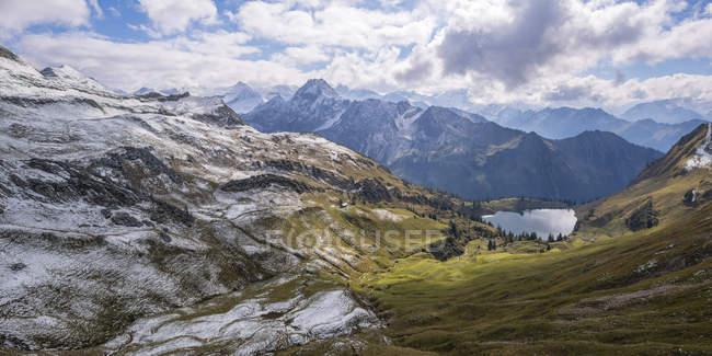 Германия, Альпы Альгау, Seealpsee и Hoefats горы в облаках — стоковое фото